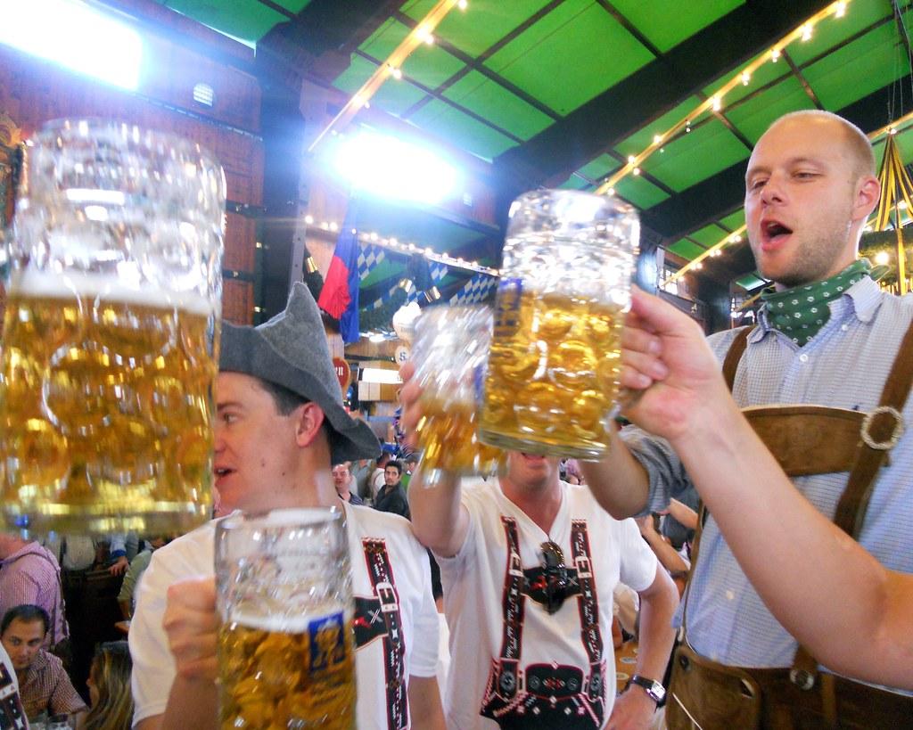 Lễ hội bia Oktoberfest thu hút đông đảo người tham dự