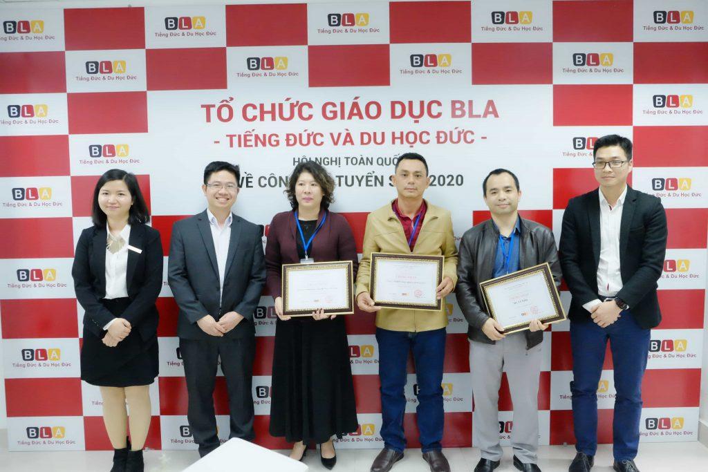 Bà Phan Thu Trang (ngoài cùng bên trái) - Giám đốc đào tạo - Tổ chức Giáo dục BLA trao chứng nhận cho các đối tác chiến lược BLA