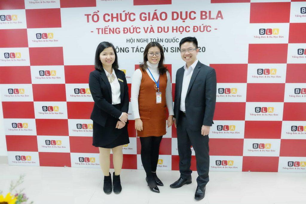 Ban Lãnh đạo chụp ảnh lưu niệm cùng các khách mời tại Hội nghị.