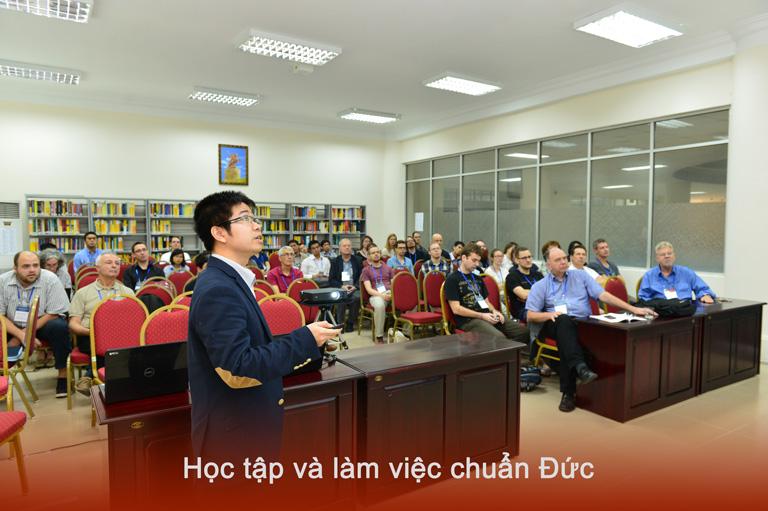 Tiến sỹ Nam báo cáo tại một hội nghị