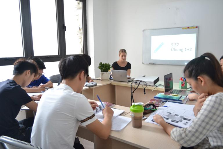 Phòng học rộng rãi, cơ sở vật chất hiện đại tạo điều kiện cho học viên phát huy tối đa khả năng học ngoại ngữ
